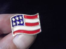 COLLECTABLE TIE / LAPEL PIN GOLD TONE METAL ENAMEL FLAG STARS & STRIPES